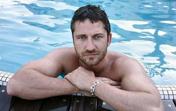 Gerard Butler in piscina