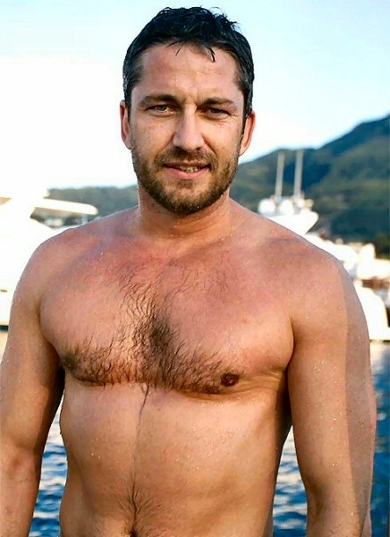 Una sexy immagine di Gerard Butler a torso nudo