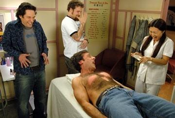Paul Rudd, Steve Carell e Seth Rogen in una scena di The 40 Year-Old Virgin