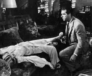 Barbara Stanwyck e Fred MacMurray in una scena di LA FIAMMA DEL PECCATO