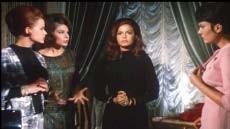 Eva Bartok (al centro) in una scena di Sei donne per l'assassino