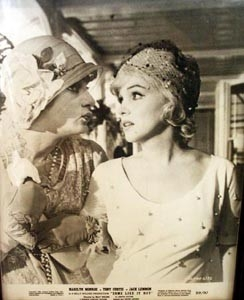 Jack Lemmon e Marilyn Monroe in A qualcuno piace caldo