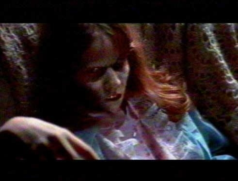 Un primo piano di Regan (Linda Blair) in una scena de L'ESORCISTA