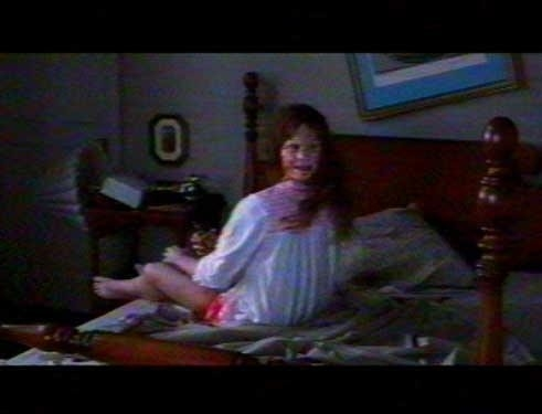 Regan (Linda Blair) in una scena di culto de L'ESORCISTA