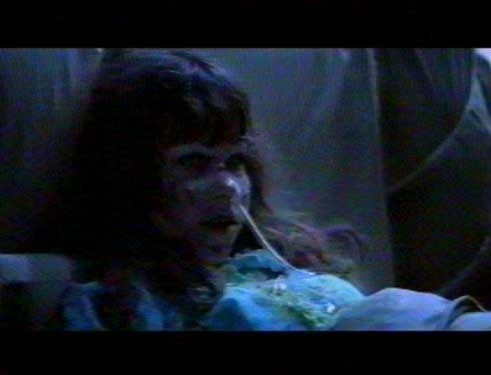 Regan (Linda Blair) in una scena de L'ESORCISTA
