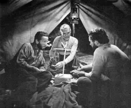 Humphrey Bogart, Walter Huston e Tim Holt in una scena de IL TESORO DELLA SIERRA MADRE