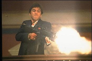 Al Pacino è il ganster esaltato dalla gloria di SCARFACE
