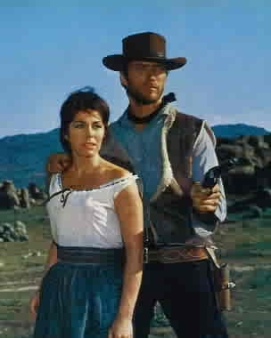 Marianne Koch e Clint Eastwood in una scena di PER UN PUGNO DI DOLLARI