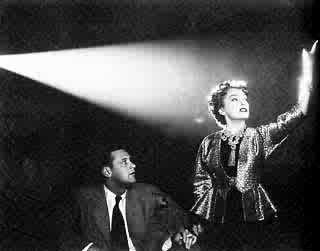 William Holden e Gloria Swanson in una scena di VIALE DEL TRAMONTO