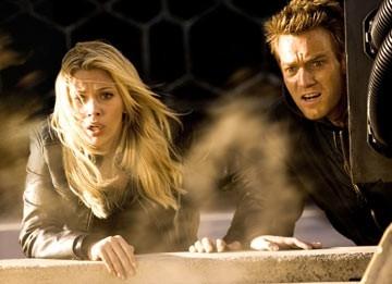 Ewan McGregor e Scarlett Johannsson in una scena di The Island