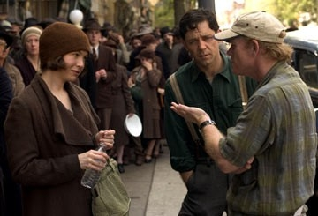 Renee Zellweger e Russell Crowe con Ron Howard sul set di Cinderella Man
