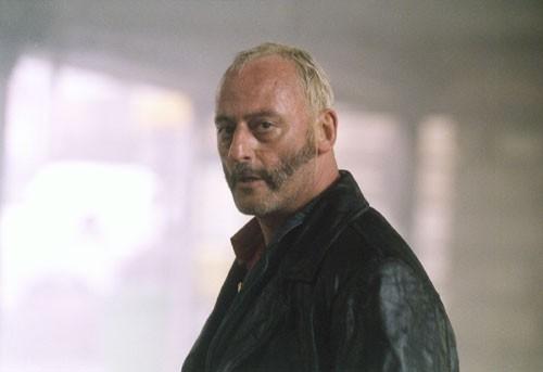 Jean Reno in una scena de L'impero dei lupi