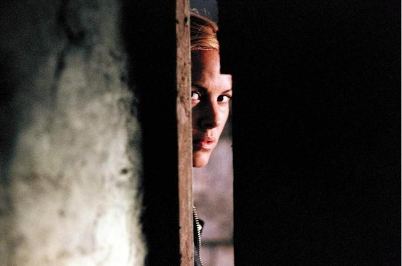 Maria Bello in una sequenza dell'horror The Dark