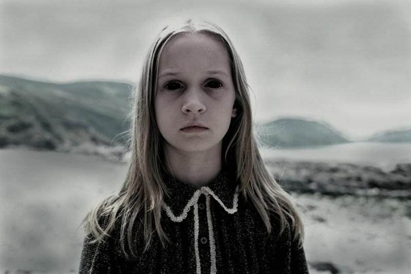 Sophie Stuckey in una scena inquietante di The Dark