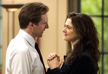 Rachel Weisz con Ralph Fiennes in una scena di The Constant Gardener