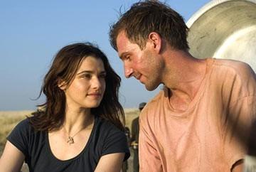 Rachel Weisz e Ralph Fiennes in una scena di The Constant Gardener