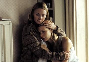 Gwyneth Paltrow ed Hope Davis in una scena di Proof