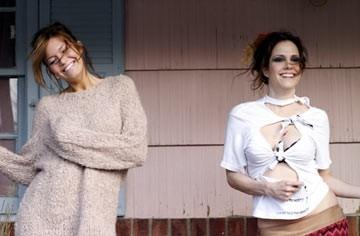 Mandy Moore e Mary Louise Parker in una scena di Romance & Cigarettes