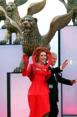 Venezia 2005: il curioso vestito di Marina Ripa di Meana, a Venezia con il consorte