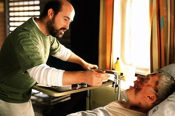 Javier Cámara e Tim Robbins in una scena del film La vita segreta delle parole