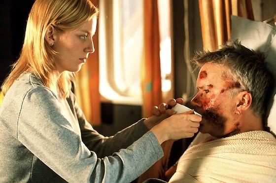 Sarah Polley con Tim Robbins in una scena del film La vita segreta delle parole