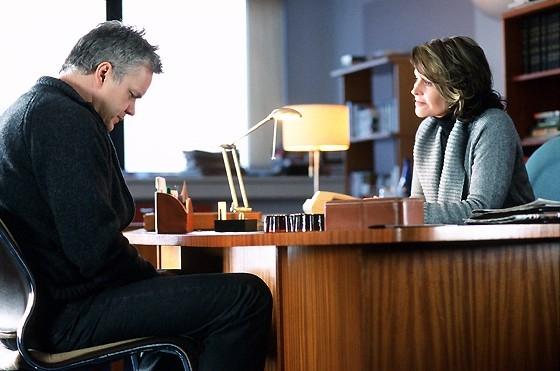 Tim Robbins e Julie Christie in una scena del film La vita segreta delle parole