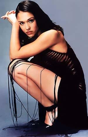 Jessica Alba con un malizioso abito nero