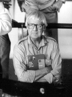 Il regista Robert Wise su un set cinematografico