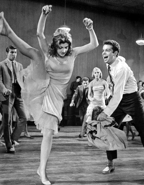 Russ Tamblyn e Gina Trikonis in una scena di West Side Story