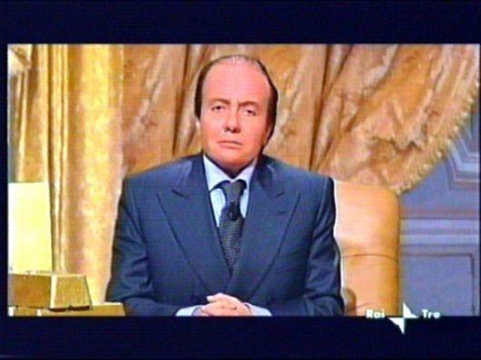 Sabina Guzzanti nei panni di Silvio Berlusconi in Viva Zapatero!