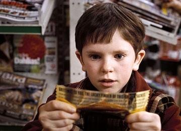 Freddie Highmore in una scena de La fabbrica di cioccolato