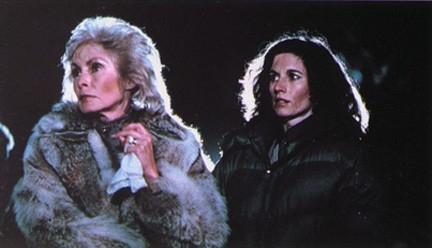 Janet Leigh e Nancy Kies in una scena di Fog