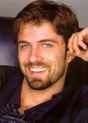 un sorridente Kim Rossi Stuart