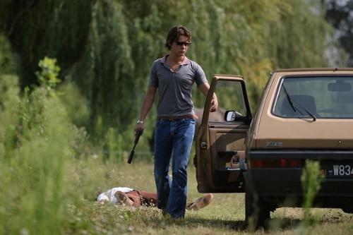 Riccardo Scamarcio in una scena di Romanzo Criminale (2005)