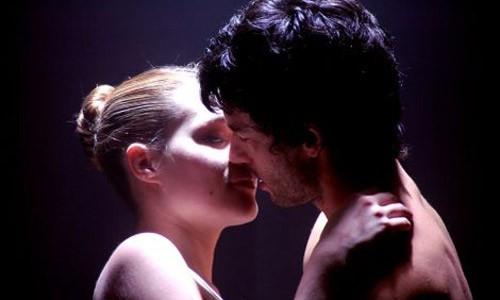 Una scena d'amore tra Kledi Kadiu e Laura Chiatti in Passo a due
