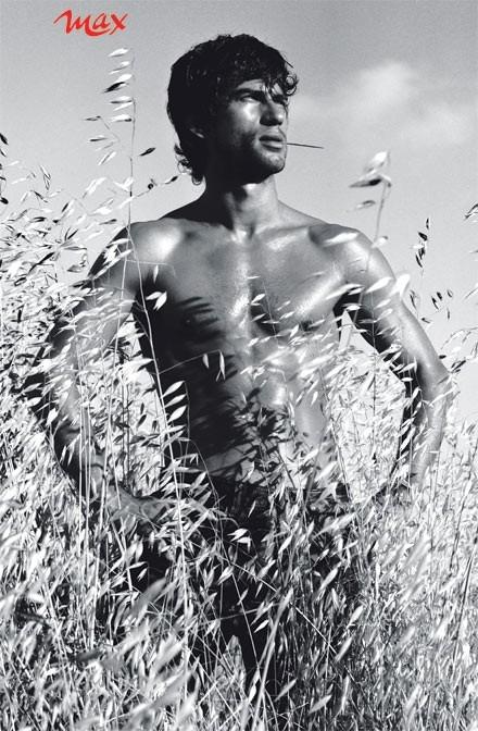 una immagine sexy di Kledi kadiu sul calendario del magazine Max