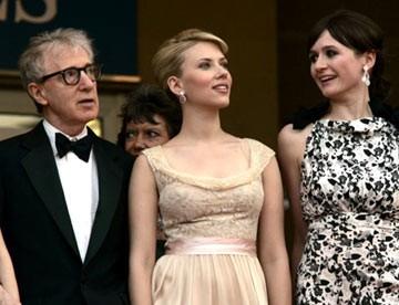 Emily Mortimer con la collega Scarlett Johansson e il regista Woody Allen