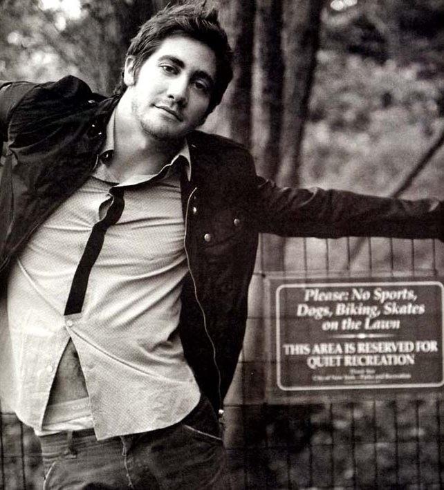 un'immagine in bianco e nero di Jake Gyllenhaal