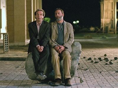 Roberto benigni e Jean Reno in La tigre e la neve