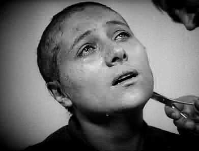 Renèe Falconetti in una scena de LA PASSIONE DI GIOVANNA D'ARCO