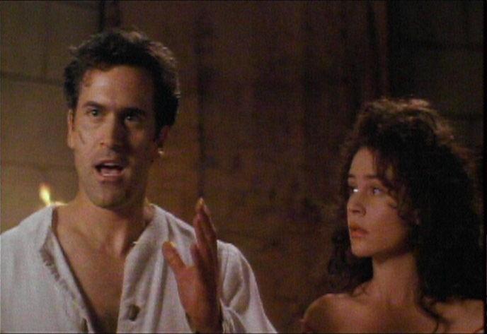 Bruce Campbell e Embeth Davidtz in una sequenza de L'ARMATA DELLE TENEBRE