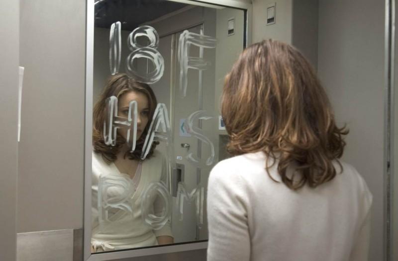 Rachel McAdams tenta di chiedere aiuto in una scena di Red Eye
