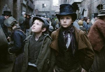 Barney Clark e Harry Eden in Oliver Twist