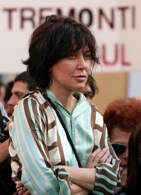 Sabina Guzzanti manifesta contro i tagli ai fondi per lo spettacolo, nel 2005