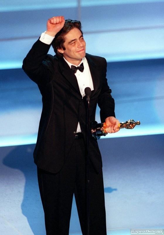 Benicio Del Toro con l'Oscar per Traffic