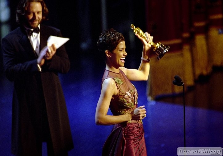 Halle Berry e, sullo sfondo, Russel Crowe che le ha appena consegnato la statuetta