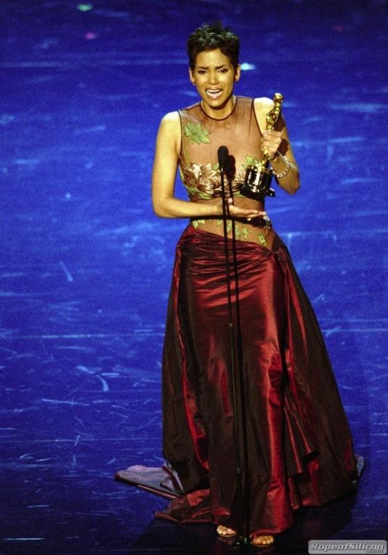 Halle Berry gioisce del suo Oscar