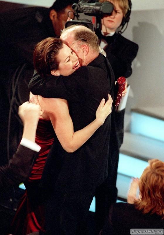 Marcia Gay Harden abbraccia Ed Harris