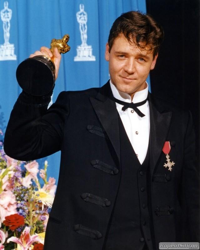 Russell Crowe con l'Oscar per Il gladiatore