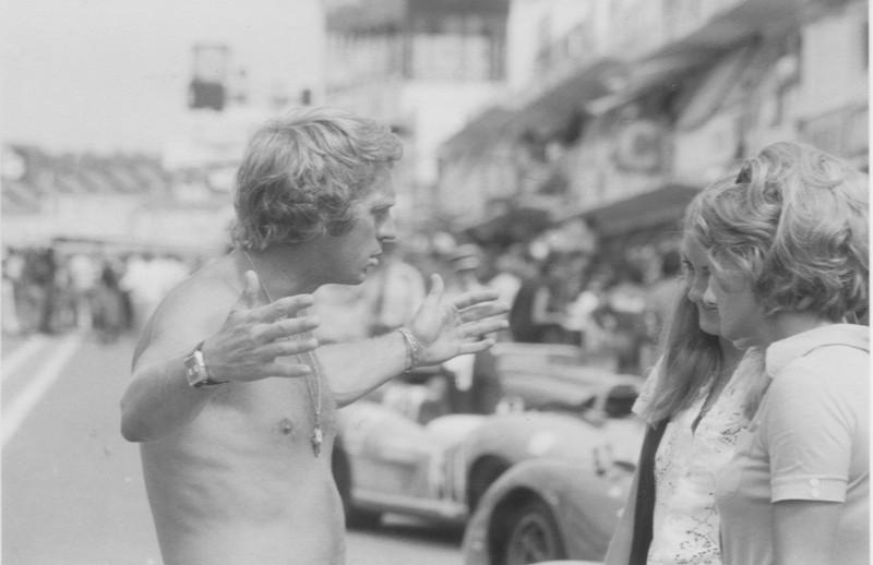 Steve McQueen parla con due ragazze